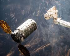 Der CYGNUS-Raumtransporter Orb 6 mit dem Vorgänger-Experiment SAFFIRE I kurz vor dem Ankoppeln an die ISS im März 2016. (Quelle: NASA) Ein Ingenieursteam des NASA Glenn Research Centers in Cleveland bei Tests am SAFFIRE II-Experiment. Die mittlere der drei sichtbaren, grün leuchtenden Proben ist die des ZARM. Die obere Probe ist ebenfalls aus Acrylglas, hat die gleichen Abmessungen jedoch ohne Strukturen und dient als Referenzexperiment. (Quelle: NASA)