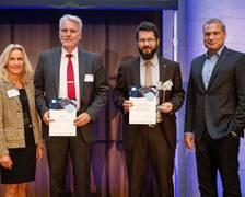 Benny Rievers und Holger Oelze erhalten den INNOspace Master Preis. Quelle: DLR Alle Teilnehmenden der Finalrunde in Berlin. Quelle: DLR