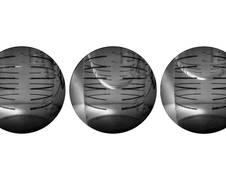 Standbilder der Videoaufzeichnung eines Fallturmexperiments mit flüssigem Wasserstoff und überhitzten Wänden. Von links nach rechts sind die Konfiguration zu Beginn, während des Einschwing- vorgangs und die Oszillation um die neue Gleichgewichtslage unter Schwerelosigkeit gezeigt. Teilweise zu erkennen sind Temperatur- sensoren, die auch bei ca.  253 °C (20 K) sehr präzise Temperatur- messungen erlauben. (Quelle: ZARM) Im Kontrollraum des Fallturm Bremen trifft das Team die letzten Vorbereitungen zur Experimentdurchführung. (Quelle: ZARM) Das Team begutachtet den Experimentaufbau und die ersten Daten nach dem Fallturm-Abwurf. (Quelle: ZARM)