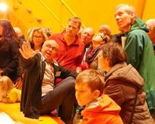 """Viele Gäste drängten sich ins Innere der 120 Meter hohen Fallröhre. Peter von Kampen, kaufm. Geschäftsführer der ZARM Fallturm-Betriebsgesellschaft, erklärte ihnen den Ort, wo werktags die Experimente unter Schwerelosigkeit stattfinden.<br><br><strong><a href=""""http://zarm.uni-bremen.de/opendays2015"""" alt=""""Tag der offenen Tür Galerie"""">Tag der offenen Tür Galerie</a></strong>"""