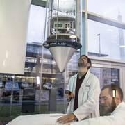 Vorbereitung eines Experiments mit dem Space Tower (im Hintergrund: Der Fallturm Bremen)
