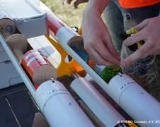 CanSats werden in der Rakete platziert; @ESERO Germany (CC BY 3.0 DE) Starten einer CanSat-Rakete, © Lars Naber, Auf Distanz (CC BY 3.0 DE) Experimentaufbau, der in einer CanSat-Hülle Platz finden muss; @ESERO Germany (CC BY 3.0 DE)