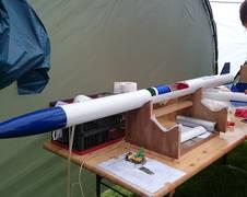 Der über Monate hinweg konstruierte Mini-Satellit wird in einer kleinen provisorischen Werkstatt auf dem Flugplatz Rotenburg Wümme in die Rakete integriert. Die Schulteams treffen die letzten Vorbereitungen für den Satellitenstart. (Quelle: ZARM)
