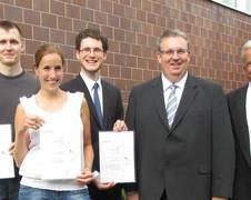nach der Verleihung (v.l.n.r.): PreisträgerInnen Simon Dörr (gemeinsamer 2. Platz), Caroline de Beule (1. Platz) und Christian Heise (gemeinsamer 2. Platz) mit Dr. Michael Menking (Präsident des Förderverein ZARM e.V.) und Gastgeber Prof. Dr.-Ing. Hans J. Rath (Institustsleiter des ZARM)