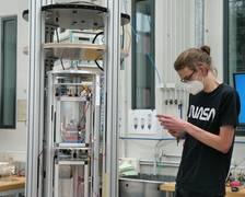 Sven Evering aus der Jahrgangstufe 12 der IGS Osterholz-Scharmbeck dokumentiert das bereits in der Kapsel eingebaute Experiment seines Teams.