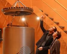 Senator Dr. Claudia Schilling and ZARM Institute Director, Prof. Marc Avila, take a close look at a drop capsule. (copyright: SWH)