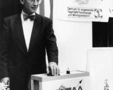 Bundesforschungsminister Dr. Heinz Riesenhuber löste 1990 das erste Fallturm-Experiment aus. Quelle: ZARM