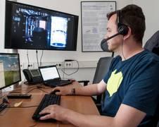 Przemyslaw Bronowicki kontrolliert der Experimentverlauf auf der ISS von der Bodenstation im ZARM
