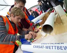 Die Schüler treffen die letzten Vorbereitungen für den Start ihres Dosensatelliten. Quelle: DLR (CC BY 3.0 DE) Die Rakete bringt den Mini-Satelliten bis auf eine Höhe von einem Kilometer. Quelle: DLR (CC BY 3.0 DE)