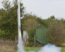 Mit einer Rakete werden die CanSats auf eine Höhe von ca 1.000 Metern geschossen. Quelle: DLR (CC BY 3.0 DE)
